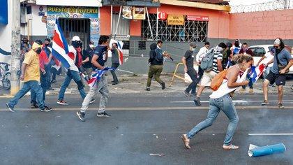 Los costarricenses volvieron a tomar las calles para rechazar el acuerdo con el FMI (AFP)