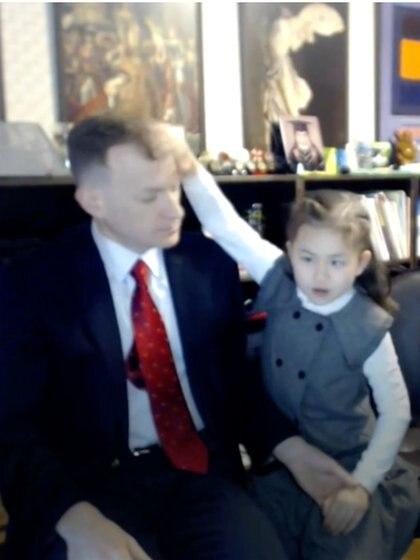 Marion es la más inquieta de los dos niños, aquí en plena entrevista despeinando a su papá, sin importarle que las cámaras los estén grabando Foto: (Captura de pantalla BBC)