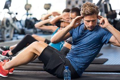 No alcanzan los 10.000 pasos diarios para cumplir con una rutina completa de entrenamiento (Shutterstock)