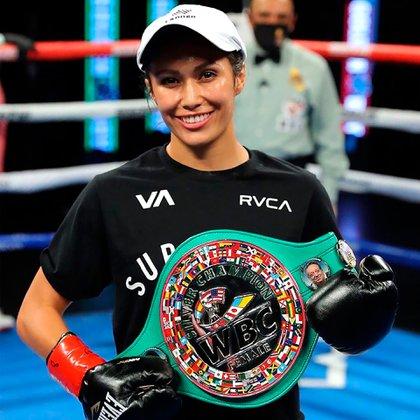 Seniesa Estrada luce su cinturón de campeona (@seniesa_superbad)