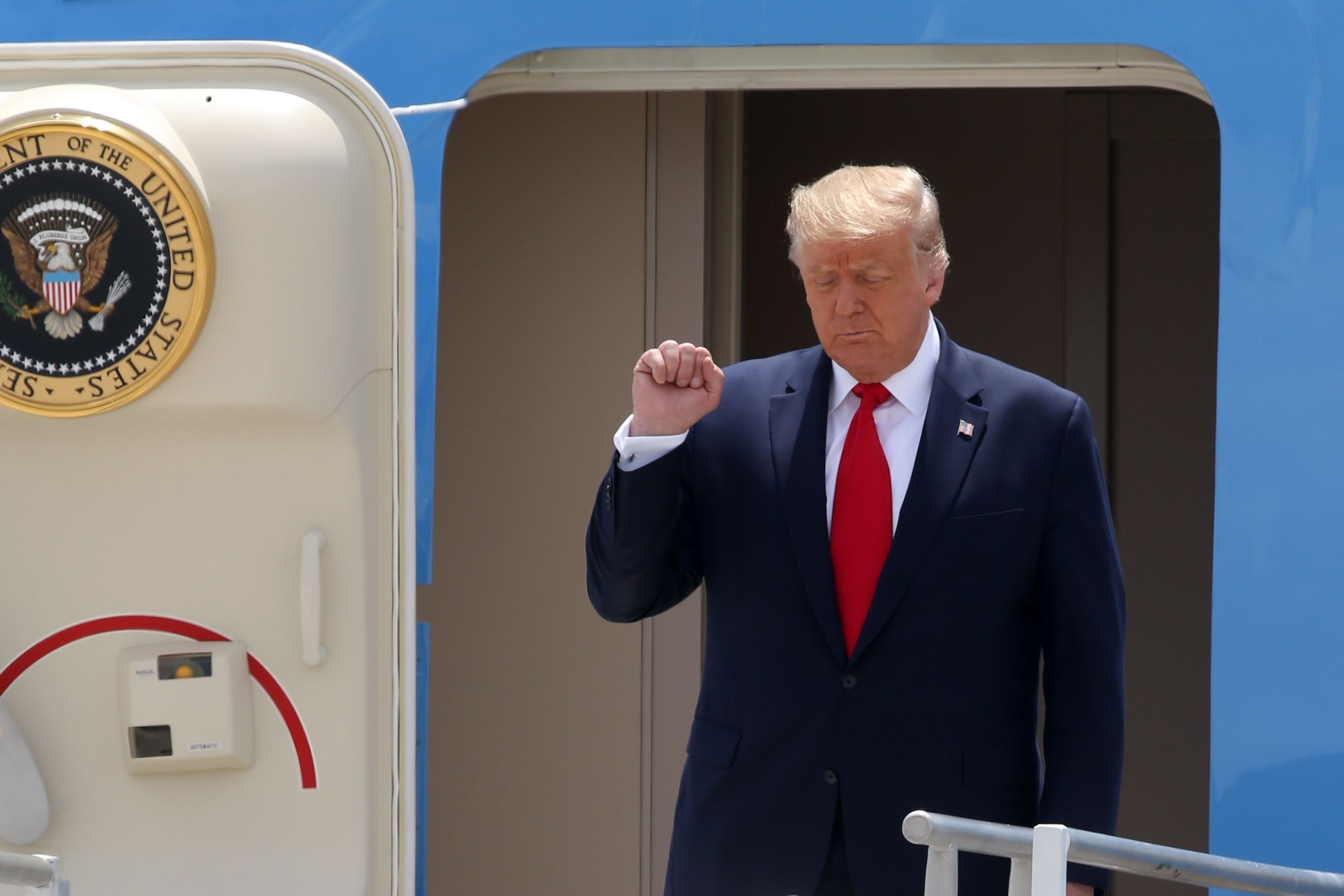 10/07/2020 10 July 2020, US, Miami: US President Donald Trump clinches his fist as he disembarks Air Force One at Miami International Airport. Photo: -/SMG via ZUMA Wire/dpa POLITICA INTERNACIONAL -/SMG via ZUMA Wire/dpa