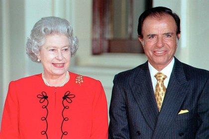 En 1998, Menem visitó el Palacio de Buckingham, donde fue recibido por la reina Isabel II