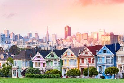 Se conocen como Painted Ladies a las casi 50.000 casas victorianas y eduardianas que fueron construidas a finales del siglo XIX y principios del siglo XX en San Francisco, y que se encuentran pintadas de una gama de colores pastel. Ubicadas en el barrio residencial Alamo Square, se trata de uno de los destinos más frecuentados por todo aquél que viaja hasta este condado de California