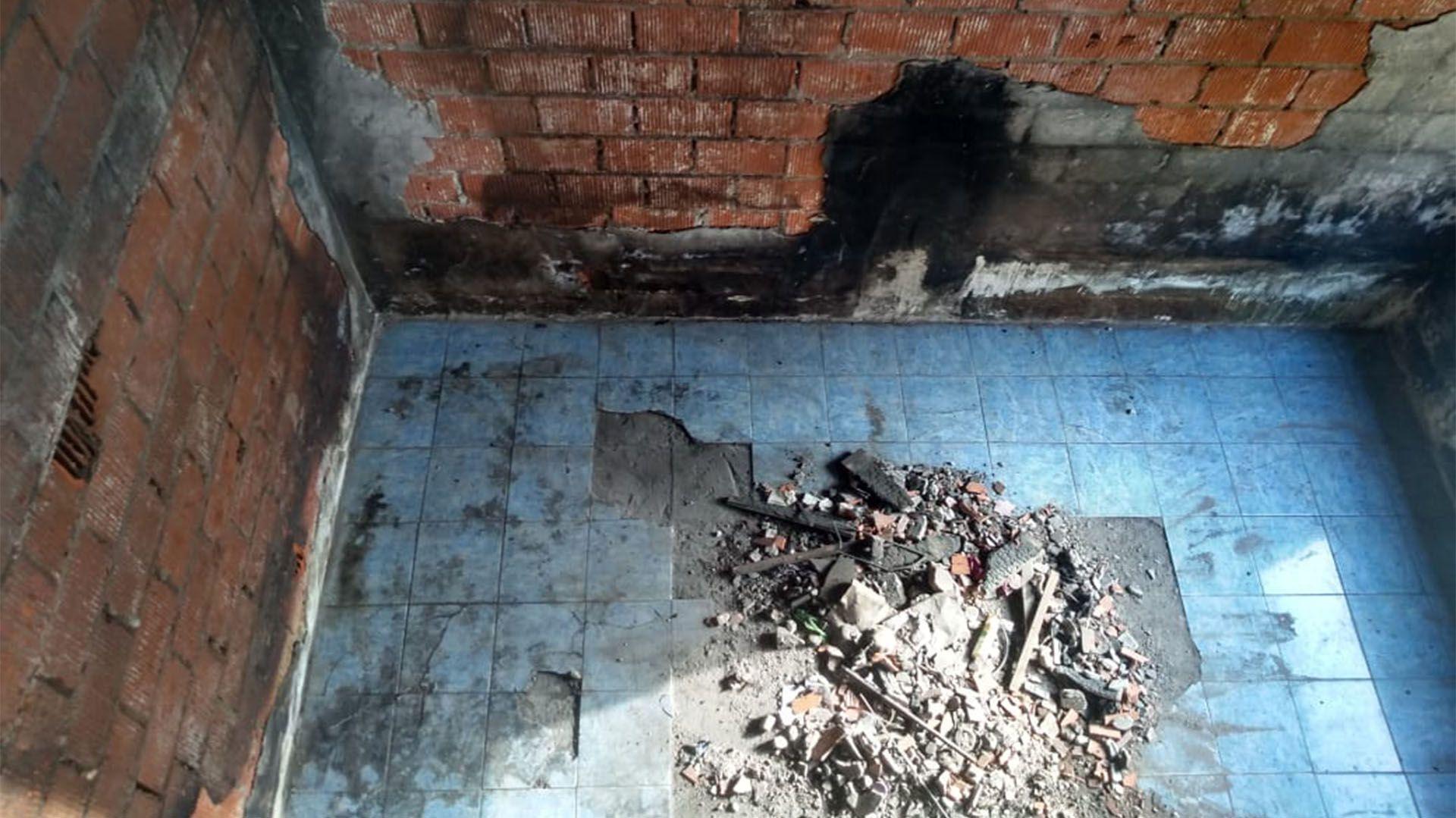 Los peritos dijeron que la casa quedó inhabitable por peligro de derrumbe. Ahora Ester hace horas extras y recibe ayuda del municipio para construir una nueva vivienda