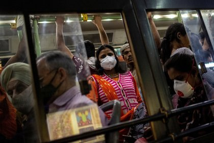 Un autobús lleno de pasajeros en Nueva Delhi, India.