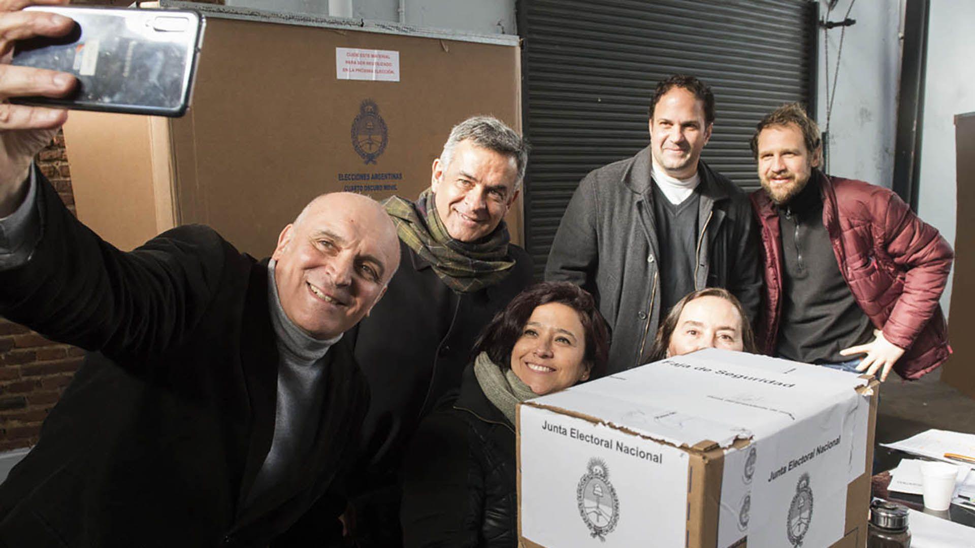 Selfie electoral. José Luis Espert junto a su equipo y las autoridades de mesa
