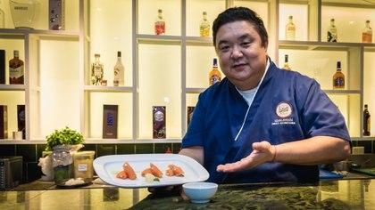 """Iwao junto a un plato realizado exclusivamente para Infobae en su anterior restaurante """"Iwao susho & cuisine """" (Martín Rosenzveig)"""