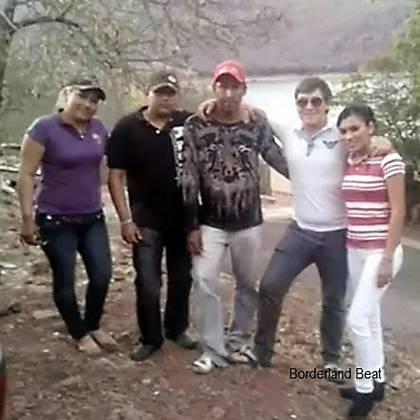Tres de los hermanos Sierra Santana, entre ellos Bety (a la izquierda).
