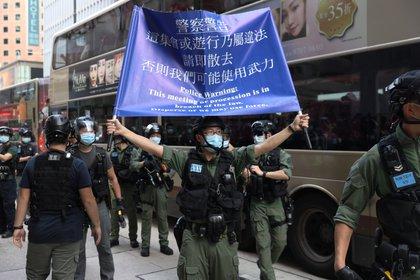 La policía despliega carteles para informar que la marcha no tiene autorización (EFE)