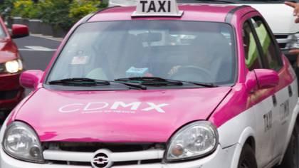 Los taxis deberántener con autoadheribles el número de placa en el cofre y la cajuela (Foto: Cuartoscuro)