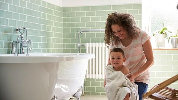 Las mujeres dedican más tiempo que los hombres a trabajos no pagos, como el cuidado de los hijos (Getty Images)