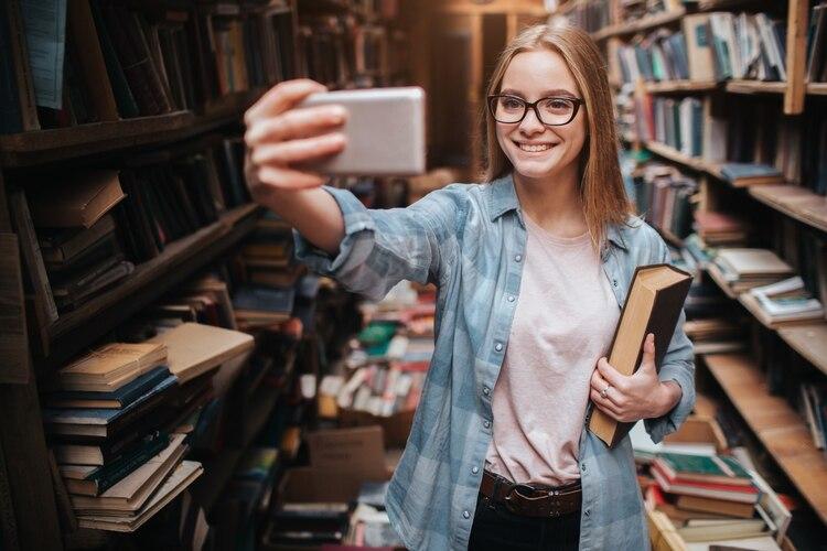 Hay cuentas en Instagram que se dedican a las críticas de los libros (Shutterstock)