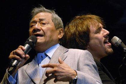 FOTO DE ARCHIVO. El cantautor mexicano Armando Manzanero (izq) y el músico argentino Alejandro Lerner actúan durante un concierto en Asunción, Paraguay. 28 de septiembre de 2010. REUTERS/Stringer