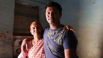 Saroo junto a su madre biológica Fatima