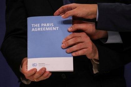 Una copia del Acuerdo de París durante la Conferencia de las Naciones Unidas sobre el Cambio Climático (COP25) en Madrid, España, el 13 de diciembre de 2019. REUTERS/Susana Vera