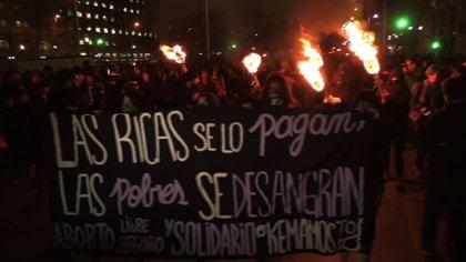 En países como Chile, las mujeres han salido a las calles a defender el derecho a decidir sobre su cuerpo (Foto: AFP)