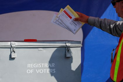 Un trabajador deposita boletas electorales enviadas por correo. REUTERS/Mike Blake