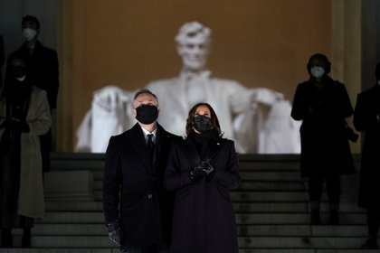 Kamala Harris y su esposo, Doug Emhoff (Reuters)