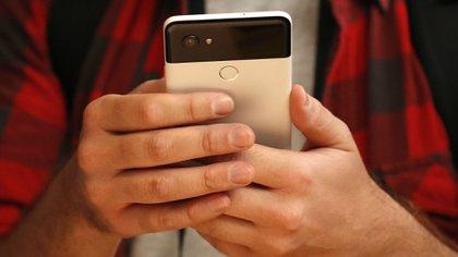 """Android 11 reconocerá aquellas apps que no se utilizan por un período de tiempo prolongado y """"auto reiniciará"""" todos los permisos asociados para que no continúen accediendo a esos datos hasta que el usuario decida otorgarlos nuevamente.(Reuters)"""