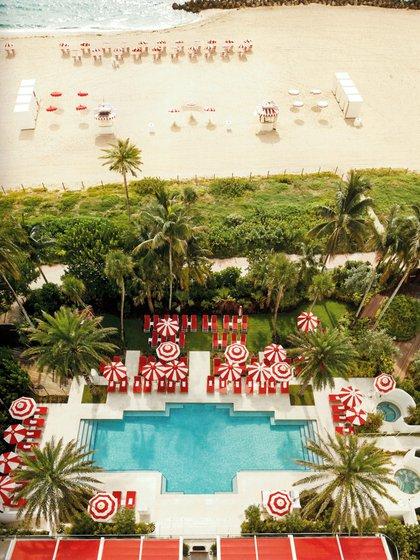 """Vista perfecta de la piscina y la playa desde el penthouse del Hotel Faena Miami Beach, en South Beach, Miami. En su libro Alan Faena cuenta que desde ahí puede ver el horizonte como lo ve desde su mansión """" Tierra Santa"""", en la Boyita, Punta del Este"""