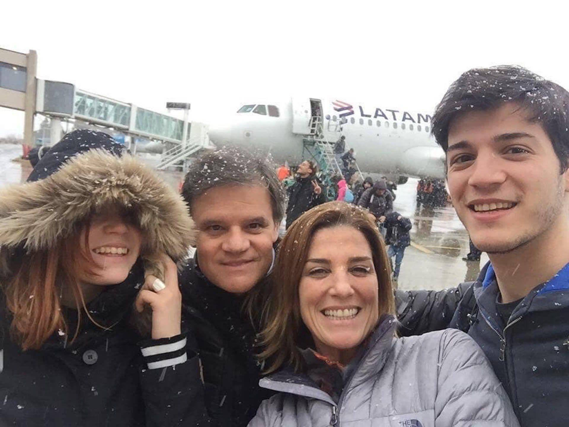 Quique y Débora, acompañados por los hijos de ella, Agustín y Luna (Foto Instagram)
