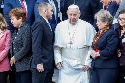 El papa Francisco entre la directora gerente del FMI, Kristalina Georgieva, y el ministro de Economía de Argentina, Martín Guzmán