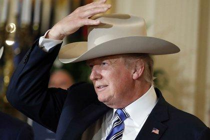 Trump con un sombrero de cowboy Stetson en 2017 (AP)