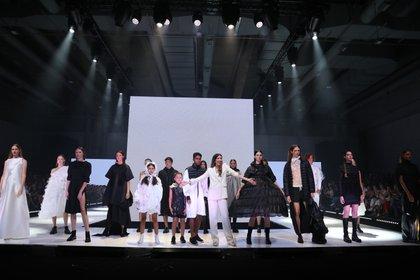 La diseñadora junto a sus modelos que están hechos con textiles sustentables