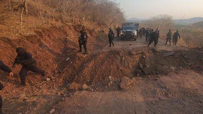 Suman ocho narcobloqueos y destrozos en Aguililla pese a vigilancia de 250 policías
