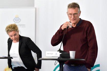 El epidemiólogo estatal Anders Tegnell de la Agencia de Salud Pública de Suecia y Johanna Sandwall de la Junta Nacional de Salud y Bienestar se preparan para una conferencia de prensa por coronavirus, en Estocolmo (Reuters)