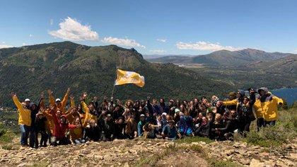 El contingente estudiantil de Soulmax en uno de los ascensos al Cerro Catedral (Soulmax)