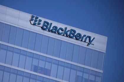 El logo de Blackberry en una torre de Irvine, California, Estados Unidos, en octubre de 2020. Foto: REUTERS/Mike Blake