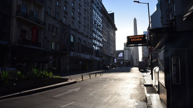 Una postal desierta de Buenos Aires durante el aislamiento social preventivo y obligatorio (Franco Fafasuli)