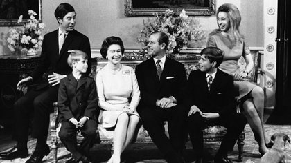 Fruto de su matrimonio nacieron cuatro hijos: el príncipe Carlos (14 de noviembre de 1948); la princesa Ana (15 de agosto de 1950), el príncipe Andrés (19 de febrero de 1960); y el benjamín, el príncipe Eduardo, conde de Wessex (10 de marzo de 1964). (AP Photo/John Redman, File)