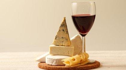El queso fue el alimento que demostró la mayor propiedad protectora contra el deterioro cognitivo vinculado con la edad, incluso en adultos mayores (Shutterstock)