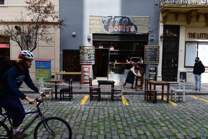 Un restó con mesas sobre la calle