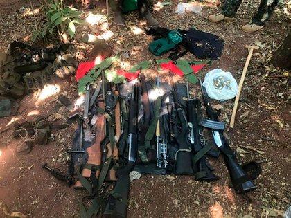 Armas encontradas en el campamento