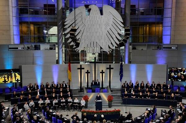 El presidente francés frente al parlamento alemán, el Bundestag(Photo by Tobias SCHWARZ / AFP)