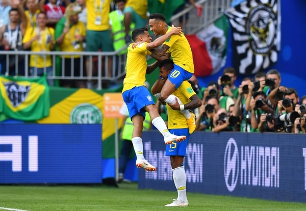 Soccer Football – World Cup – Round of 16 – Brazil vs Mexico – Samara Arena, Samara, Russia – July 2, 2018 Brazil's Neymar celebrates scoring their first goal with team mates REUTERS/Dylan Martinez