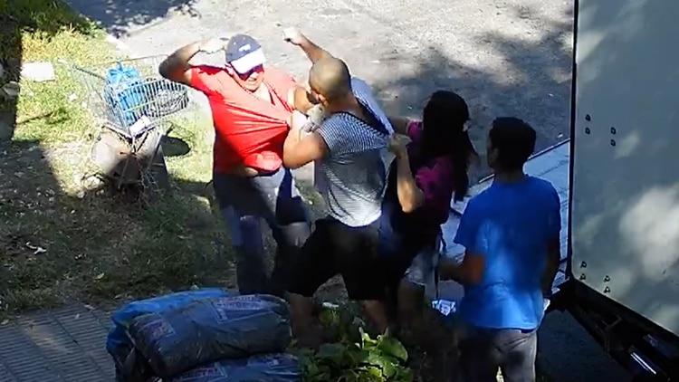 Los hombres se pelearon mientras la hermana del dueño intentaba separarlos y el acompañante del chofer miraba sin involucrarse