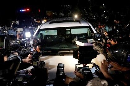 Las autoridades montaron un operativo para transportar a una personas que supuestamente era el ex director de Pemex a su llegada a México. (Foto: Luis Cortés/Reuters)