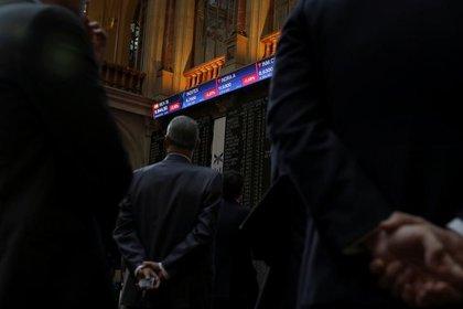 Tableros electrónicos durante la apertura de la bolsa en Madrid, 6 de febrero de 2018. REUTERS/Susana Vera