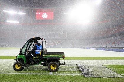 En el entretiempo, los empleados del club trabajaron sobre el césped para disminuir la cantidad de nieve