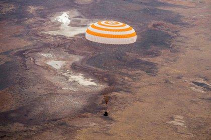 La nave espacial Soyuz MS-16 aterrizó el jueves con los miembros de la tripulación de la Estación Espacial Internacional (ISS) Christopher Cassidy de la NASA, Anatoly Ivanishin e Ivan Vagner de la agencia espacial rusa Roscosmos (GCTC / Agencia espacial rusa Roscosmos). / Documento vía REUTERS)