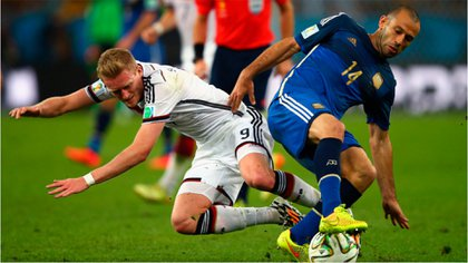 Javier Mascherano pelea la pelota contra Schürrle en la final de Brasil 2014 (Reuters)