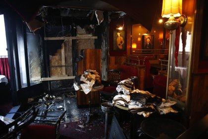 Así quedó el interior del famoso restaurante La Rotonde, en París, el sábado 18 de enero de 2020. (Foto AP/Thibault Camus)