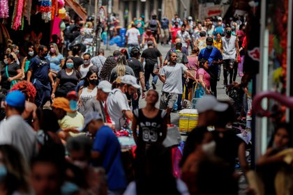Vista general de una concurrida calle comercial en San Pablo este 2 de marzo (EFE/Sebastiao Moreira)