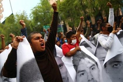 """""""No estamos viendo lo que este presidente prometió de agilizar las investigaciones, para los padres de los normalistas es muy doloroso, ya tienen seis años de estos 43 estudiantes"""", reclamaban algunos a través del megáfono que encabezaba la manifestación (Foto: REUTERS/Edgard Garrido)"""
