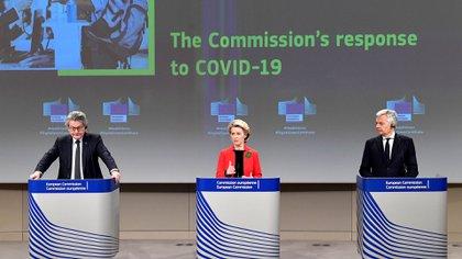 Thierry Breton, Ursula von der Leyen y Didier Reynders durante una conferencia de prensa luego de una reunión para presentar un proyecto para crear un certificado de vacunación COVID-19 EFE/EPA/JOHN THYS / POOL