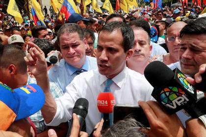 Foto de archivo del líder opositor de Venezuela, Juan Guaido, hablando con periodistas en una marcha en Caracas. Mar 10, 2020. REUTERS/Carlos Jasso